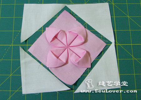 Вот еще очень меня порадовала техника.  Оригами из ткани.  Тюльпан.