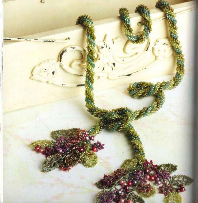 Лариат - это украшение, выполненное из бисера, сделано в форме длинного жгута или шнура.  У него на концах кисти из.