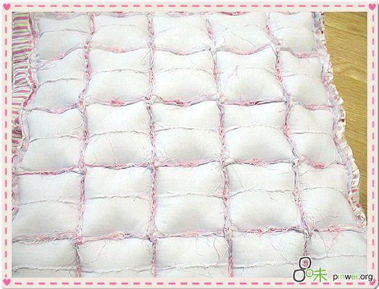 Получается матрасик (можно сделать и подушку) из множества маленьких подушечек.