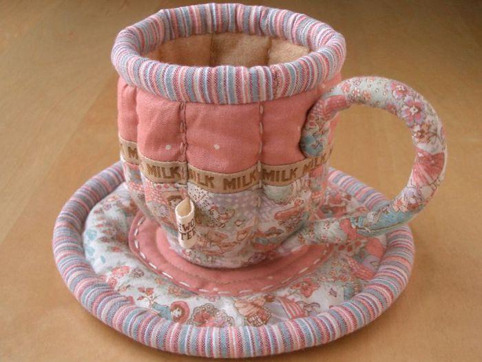 превратила детскую игру в посудки в настоящее искусство.  Ёе чашечки, чайнички и блюдца создают неимоверно теплую и...