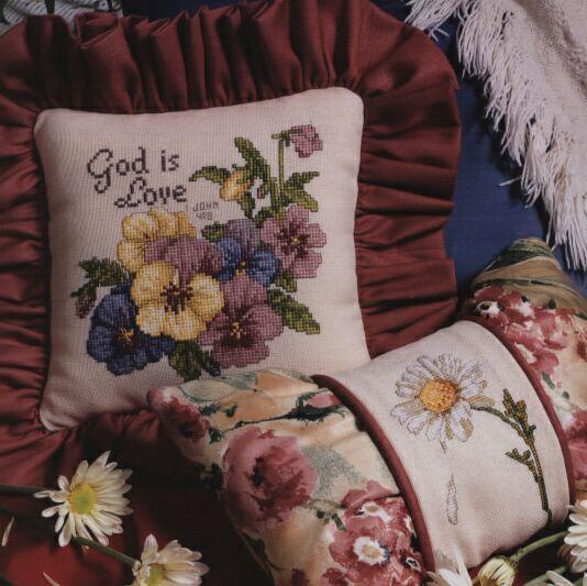 Очаровательные цветочки, выбранные для подушки, на мой взгляд, замечательно подойдут к интерьеру загородного дома.