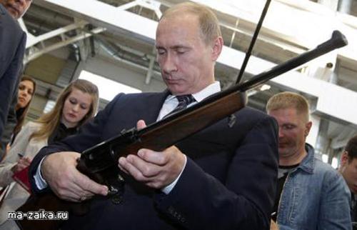 Премьер-министр России Владимир Путин рассматривал винтовку во время визита на оружейное производственное предприятие в Туле