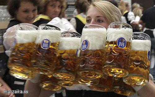 Официантка несет кружки после церемонии открытия 176-го Октоберфест в Мюнхене