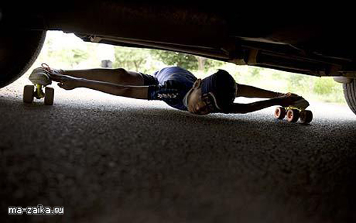 Рохан Аджит Kokane на коньках с завязанными глазами под машиной