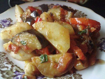 Картофель с баклажанами и перцем