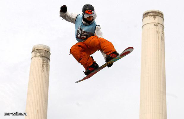 Лыжный фристайл и сноуборд на электростанции Battersea, Лондон.