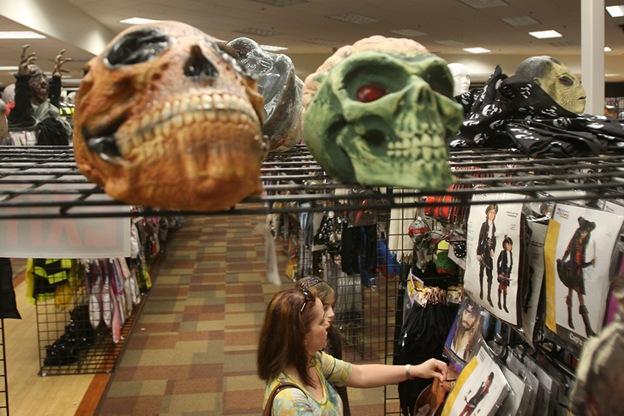 В магазине «Halloween Adventure», который находится в бывшем отделении магазина электроники «Circuit City», продаются костюмы, бутафория и аксессуары для Хэллоуина 21 октября в Бурбанке, штат Калифорния. Ожидаемые затраты покупателей в этом году составляют 56,31 долларов по сравнению с 66,54 долларами в прошлом году