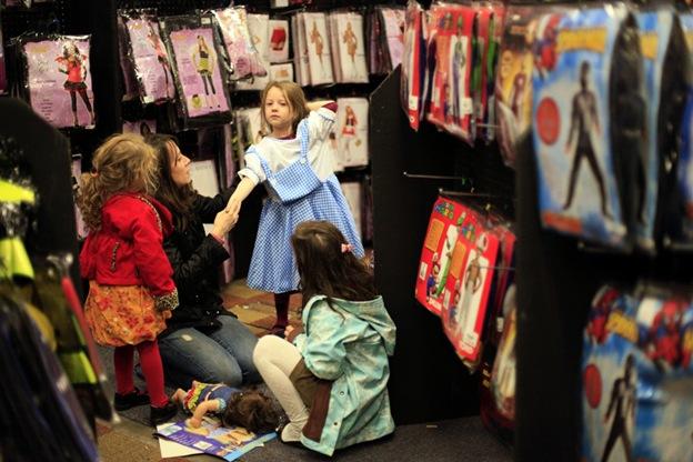 Семья примеряет костюмы на Хэллоуин в магазине «Дух Хэллоуина» 13 октября в Нью-Йорке. Владельцы магазинов, посвященных Хэллоуину, воспользовались массовыми банкротствами крупных магазинов и открыли в этом году временные магазинчики в торговых центрах. Это еще больше заставило осторожных покупателей экономить в этой 3,8-миллиардной индустрии, которая заметно разрослась за последние 10 лет
