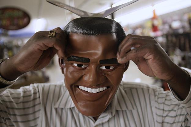 Джим Бэнкс примеряет маску Барака Обамы, выбирая костюм на Хэллоуин в магазине «Дух Хэллоуина» в Санта Клара, штат Калифорния, 29 октября