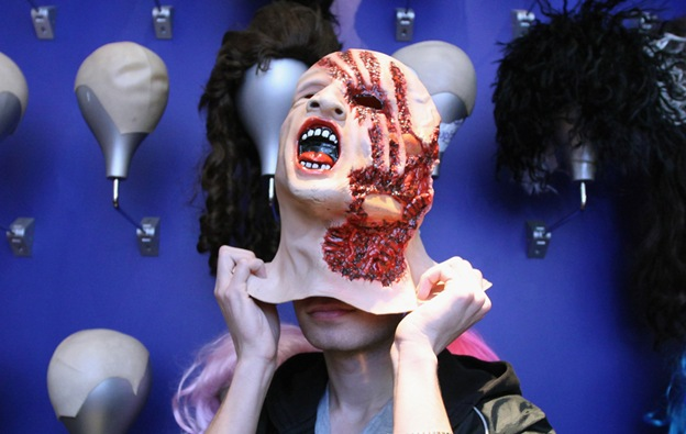 Покупатель примеряет маску в магазине «Angels Costumiers» 29 октября в Лондоне. В знаменитом на весь мир магазине костюмов народ толпиться всю неделю, пока идет подготовка к предстоящему Хэллоуину