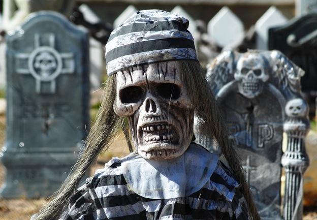 Хэллоуинские гоблины, призраки и другая нечисть ждет посетителей на жутком «кладбище» в Розвелле, Нью-Мексико, 30 октября