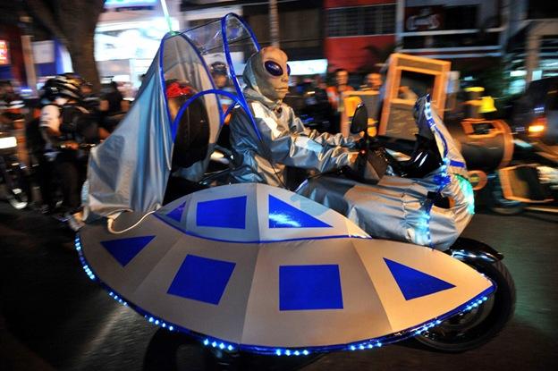 Человек в костюме пришельца принимает участие в «Хэллоуинском конвое ужаса» 20 октября в Кали, в магазине «Вале дель Каука», Колумбия