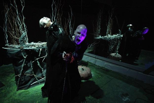 Актеры Виктория Уайл (слева) и Эрик Масировски изображают ритуал жертвоприношения во время выступления «Вампиры: ночной кошмар» в центре искусств Нохо в среду 30 сентября в Нью-Йорке