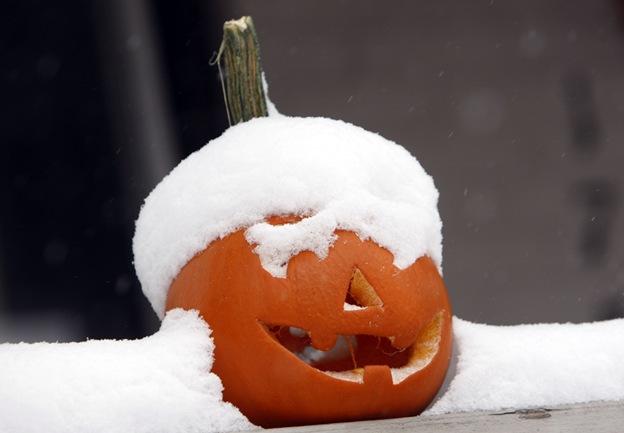 Снег лежит на тыкве, вырезанной для Хэллоуина, у дома в Денвере. Ранний осенний снегопад принес с собой до 5 сантиметров снега в некоторых западных регионах США 29 октября