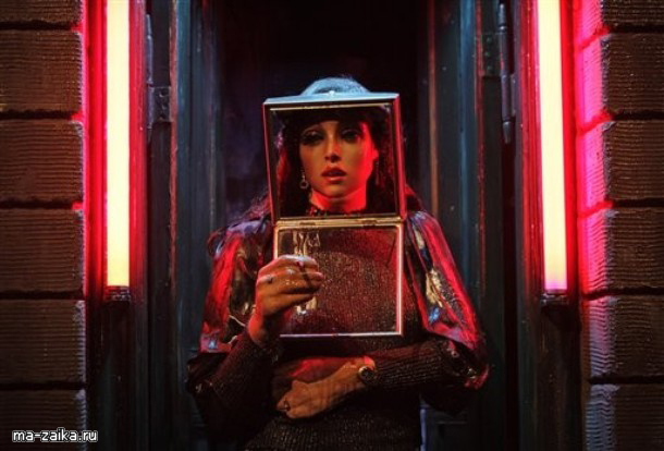 """Установка, озаглавленная как """"Hoerengracht"""", американских художников Эда Кинхольц и Нэнси Реддин Кинхольц, обратилась к теме проституции в Национальной галерее, в центральной части Лондона, 17 ноября 2009."""