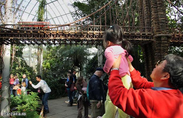 Гигантская модель железной дороги на Holiday Train Show в Нью-йоркском ботаническом саду