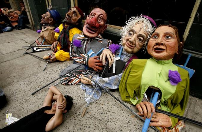 Карнавал в Вальпараисо в честь 200-летия деятельности в общественных местах Чили, в 120 км к северо-западу от Сантьяго, 24 января 2010 года.
