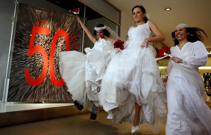 Свадебные платья как часть флеш-моба в Порто, Португалия, 30 января 2010 года.