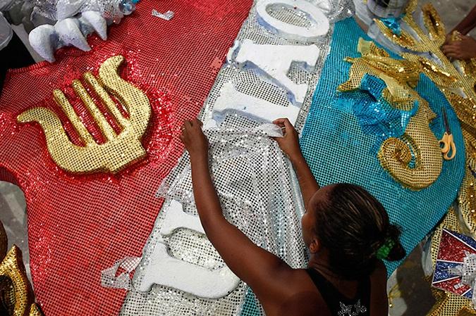 Сотрудники школы самбы Viradouro работ готовят Рио-де-Жанейро к буйному карнавалу, Бразилия, 3-4 февраля 2010 года.