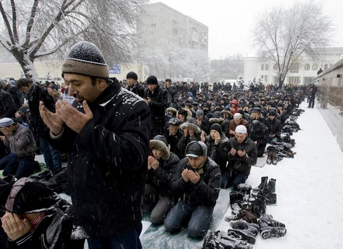 Пятничная молитва мусульман в Алматы, Казахстан, 5 февраля 2010 года.