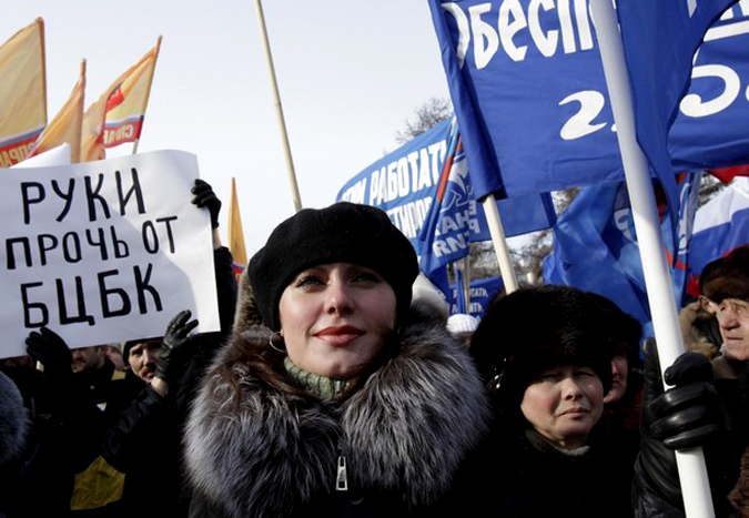 Экологи и местные жители выступили с протестом против возобновления целлюлозно-бумажного комбината в Байкальске, Иркутск, 13 февраля 2010 года.
