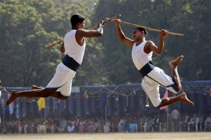 Традиционные боевые искусства в ходе Каларипаятту (Calaripayattu), Нью-Дели, Индия, 6 февраля 2010 года.