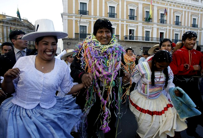 Андский карнавал перед президентским дворцом в Ла-Пасе, Боливия, 12 февраля 2010 года.