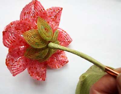 Обматываем стебель цветка из