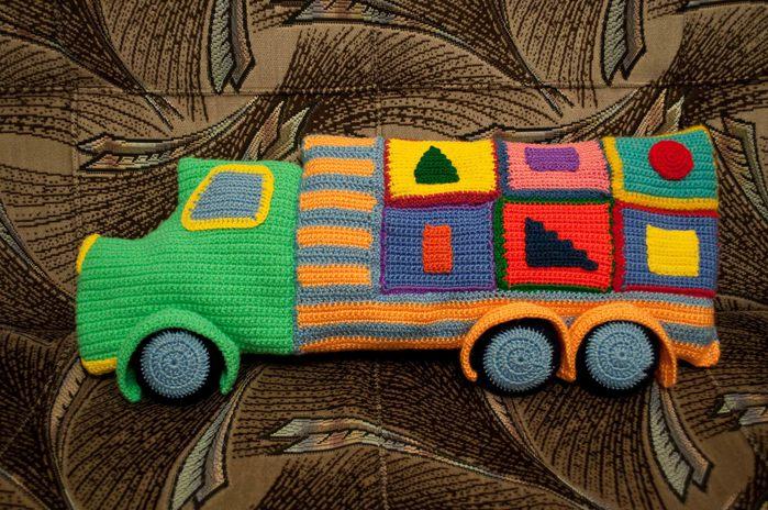 Вяжем яркие машинки крючком. We sew and knit machine.