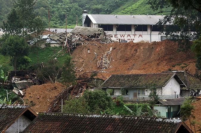 Мощный оползень, который был вызван проливными дождями, сошел на индонезийском острове Ява.
