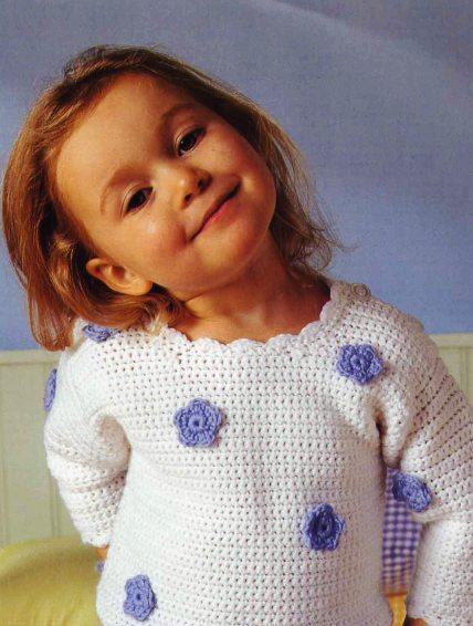 Пуловер с синими цветочками.