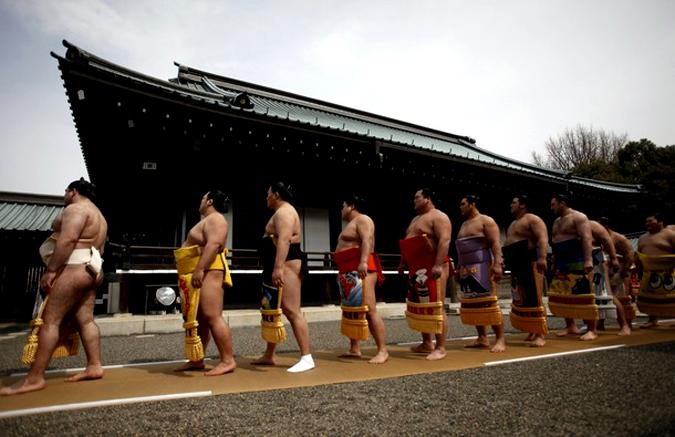 Борцы сумо на весеннем празднике в храме Ясукуни, Япония, 9 апреля 2010 года.