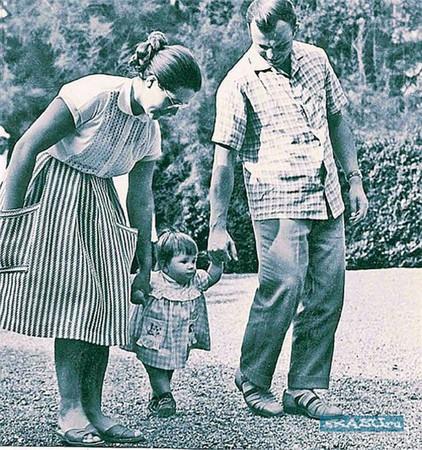 с женой Галиной и младшей дочерью на прогулке