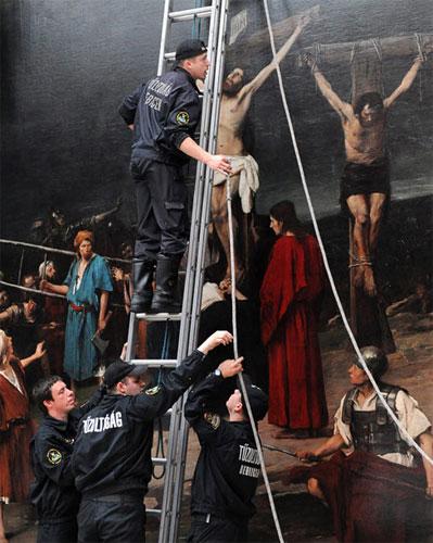 Пожарные и рабочие снимают Иисуса Христа