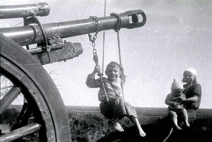 Украина. 1944 г. Качели.