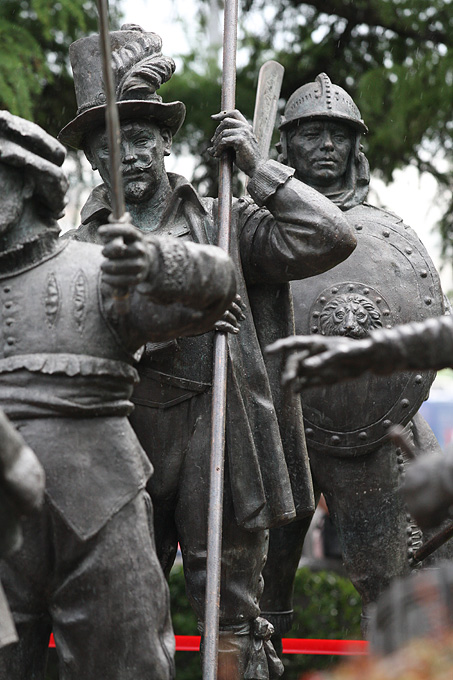 22 бронзовые фигуры мушкетеров установлены на Волхонке