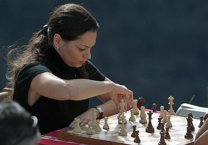 Российская и перуанская спортсменки сыграли в шахматы на развалинах древнего города, Мачу-Пикчу, Перу, 23 мая 2010 года.