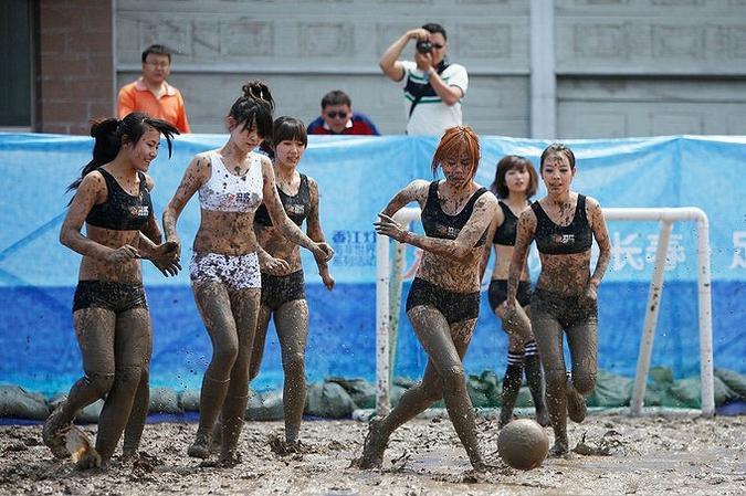 Футболисток изваляло в грязи китайское ТВ