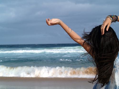 фото девушек со спины брюнетки на море