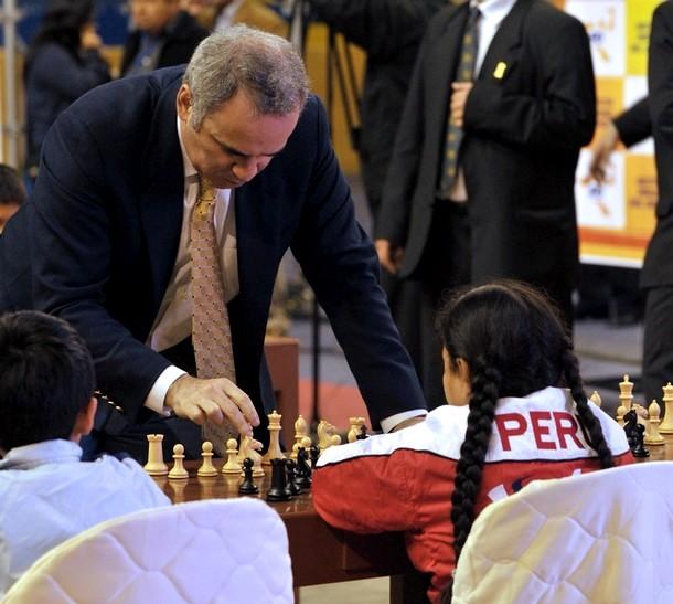 Демонстрация игры одновременно против 12 молодых игроков в перуанском Колизее в Лиме, 22 июня 2010 года.