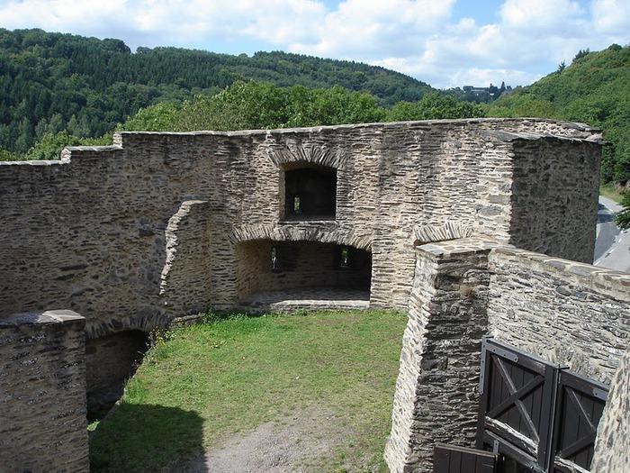Le chateau de Bourscheid - ЗАМОК Буршейд 10499