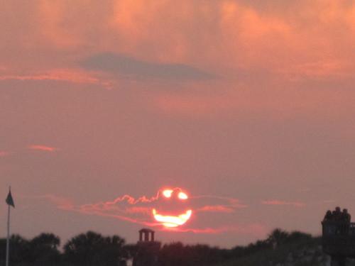 солнце улыбается на закате
