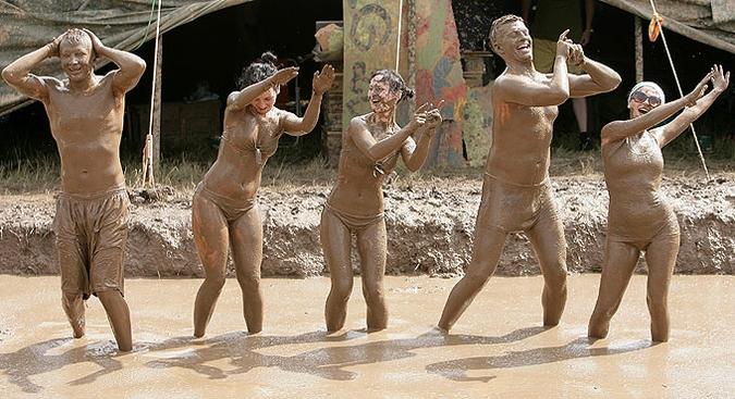 Гостей музыкального фестиваля Be2gether окунули в грязь, Норвилишкес, Литва, 26 июня 2010 года.