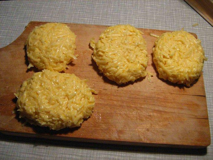 котлеты из тертого сыра готовы к панировке