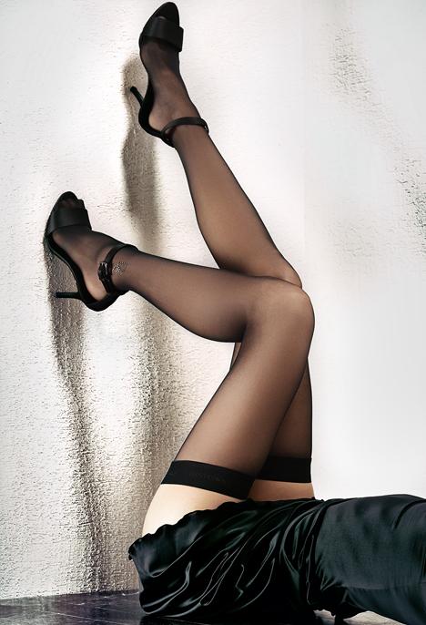 Красивые женские ноги в чулках