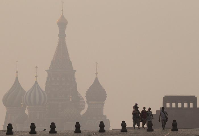 Красная площадь в Москве в смоге лесных пожаров (REUTERS/Alexander Natruskin)