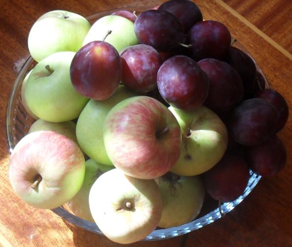 (592x501, 723Kb)сто рублей в эквиваленте фруктов на сегодняшнем сочинском Центральном рынке