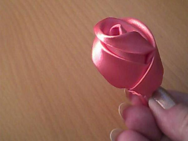 Журнал.  Делаем розу из атласной ленты.