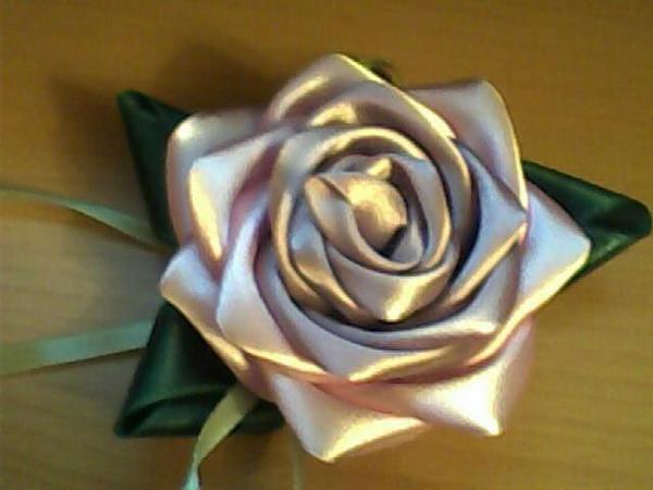 Роза с листочками из ленты.