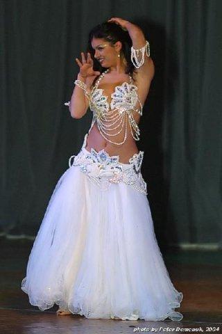 Атаманчук Анна исполняет танец